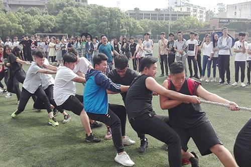 武汉应用科技学校拔河比赛