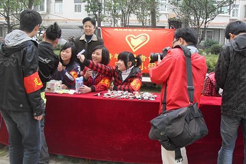 武汉应用科技学校志愿者回收废旧电池